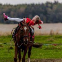 Мини девочка на коне