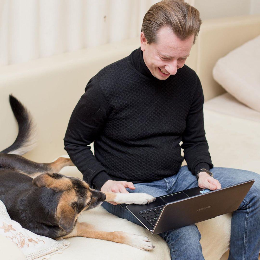 бурматов с ноутом и с собакой